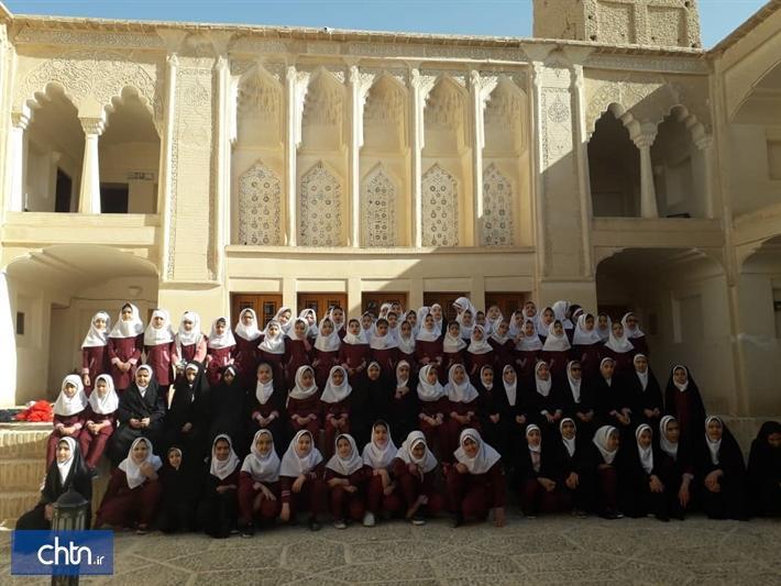 بازدید دانش آموزان از اماکن تاریخی ابرکوه