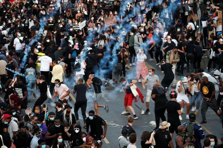 درگیری پلیس کانادا با معترضان، شلیک گاز اشک آور