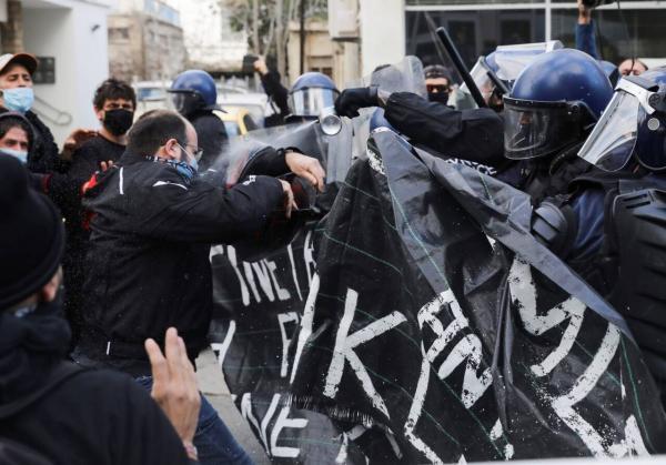خبرنگاران اعتراضات علیه دولت در قبرس به خشونت کشیده شد